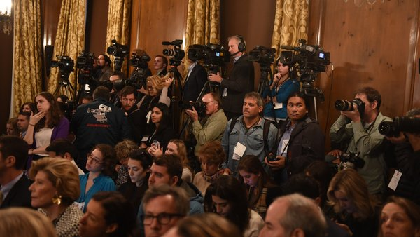 Press scrum in Rockefeller room at Clinton meeting 151119.0385
